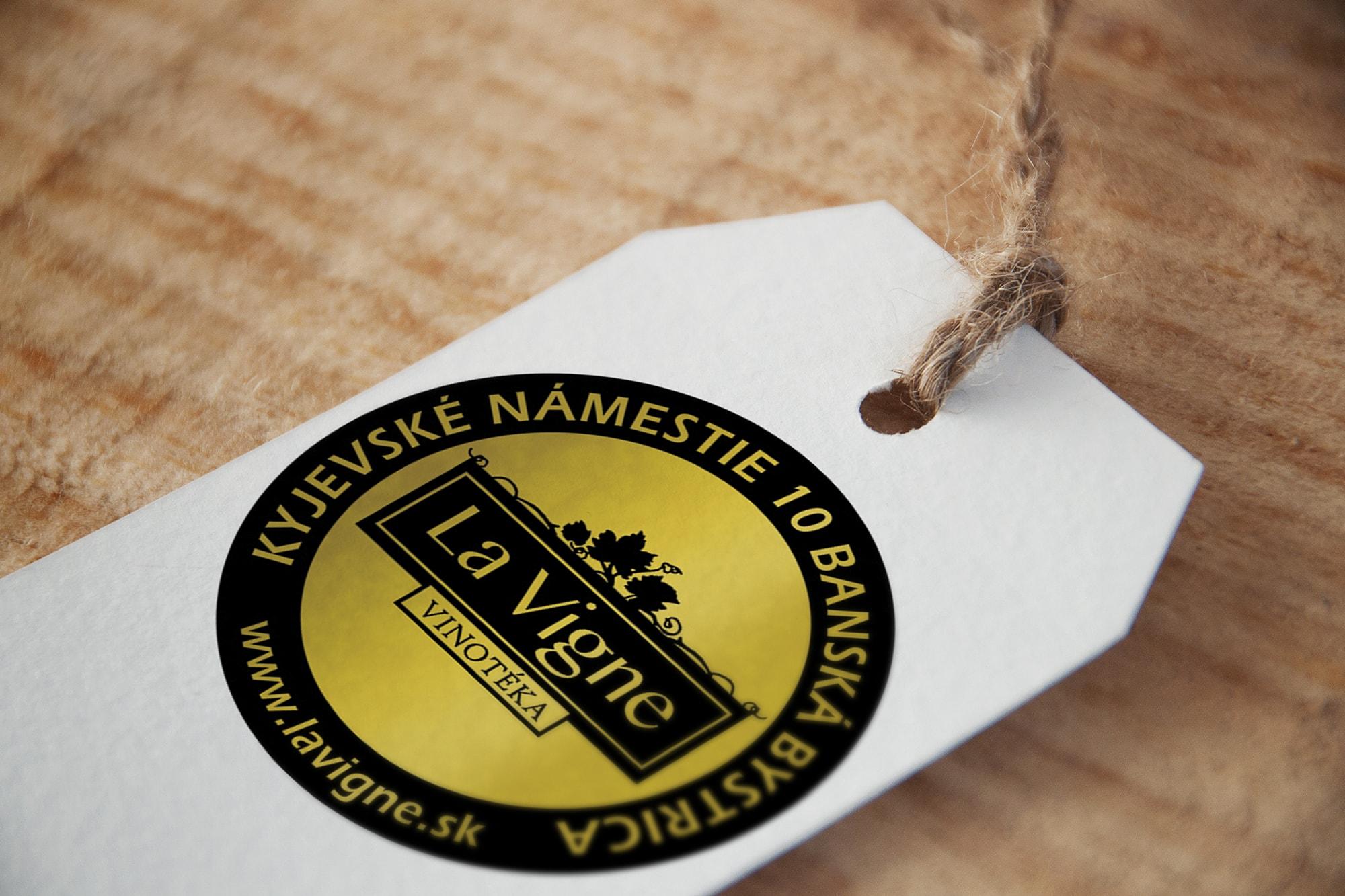 Vytlačené logo La Vigne na etikete s motúzom